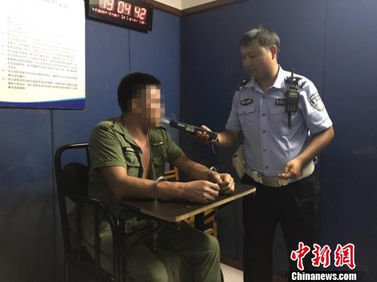 男子接受警方酒精测试 西交宣 摄
