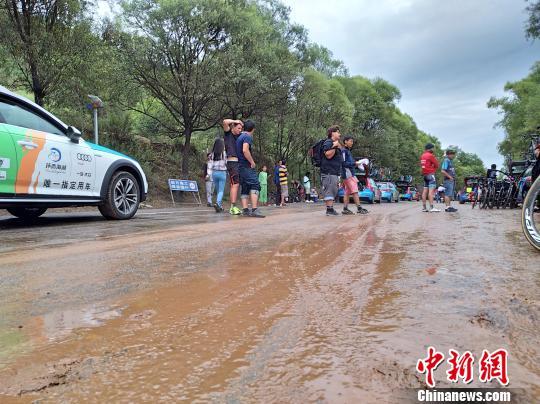 环湖赛十一赛段因暴雨停赛 3车手摔伤送医检查