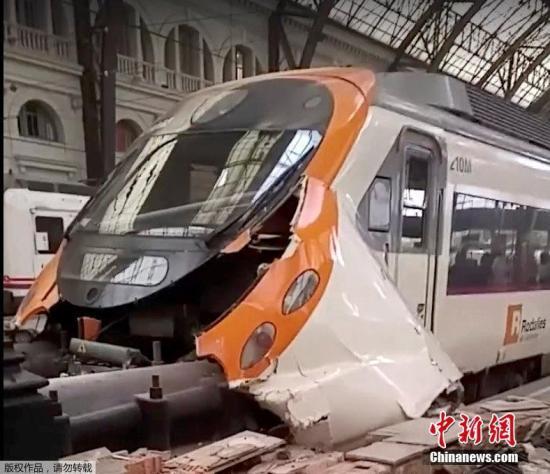 西班牙巴塞罗那列车撞站台54人伤 乘客:好像地震