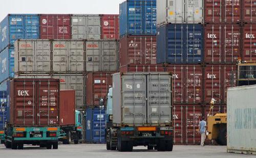 2017年7月19日,在日本东京,一名工人在港口的集装箱区工作。(新华/路透)