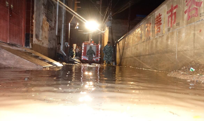 罕见大暴雨来袭,陇西干部为救群众,被卷入水中……