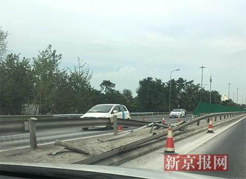 机场高速发生一起交通事故 1名货车司机死亡