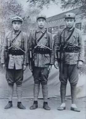 ▲1936年陕北,三个红军战士。