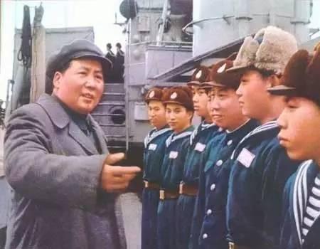 """1953年,毛主席与身着50式海军舰艇部队冬季呢服的""""洛阳""""舰官兵交谈"""