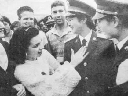 ▲身着87式军服的女上尉,成功吸引外国迷妹。解放军报 图