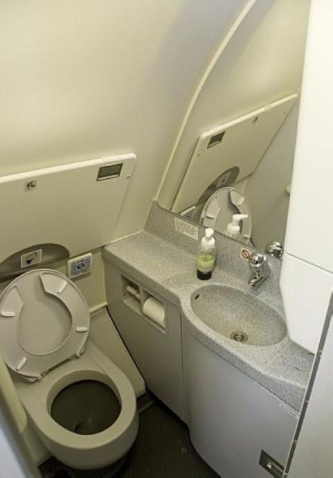一组图告诉你 飞机上的粪便去哪了?