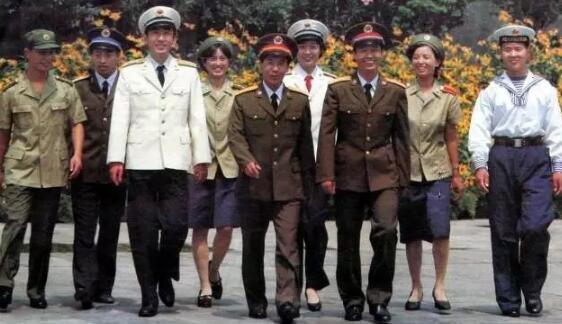 ▲三军官兵身着87式军服。