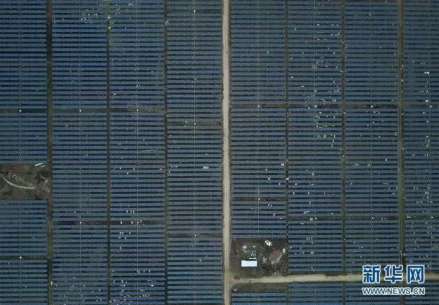 印度南部城市海德拉巴附近拍摄的一处光伏电站。中国企业为该电站提供了部分太阳能面板组件和全套的自动日照追踪支架系统。