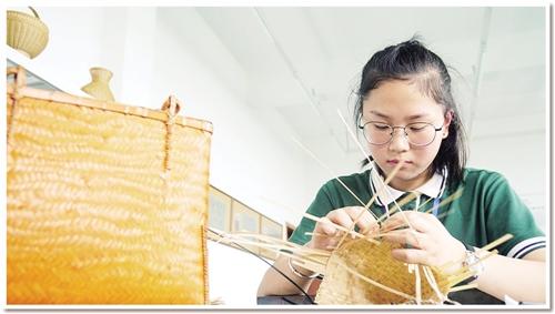 浙江省诸暨市职教中心将竹编等非遗技艺引入校园,希望学生能传承传统