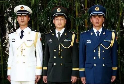 ▲男军官身着07式军服礼服。新华社 图