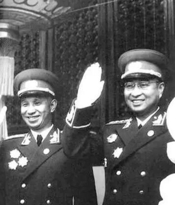 ▲1955年国庆阅兵,身着55式军服的粟裕大将、陈赓大将在天安门城楼上向群众招手。