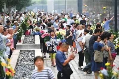 ▲7月28日,市民在地震纪念墙前祭奠遇难的亲人。新华社记者 牟宇 摄