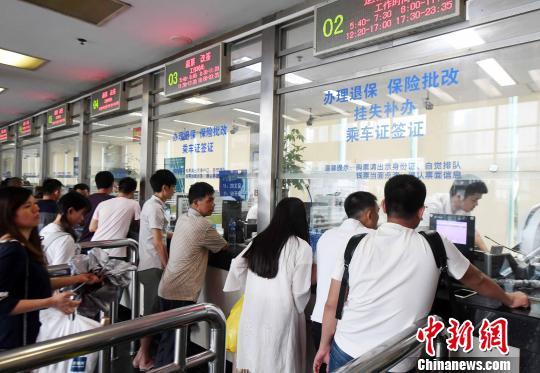 """受台风""""纳沙""""影响,部分旅客在福州火车站福州站售票窗口办理退票手续。 刘可耕 摄"""