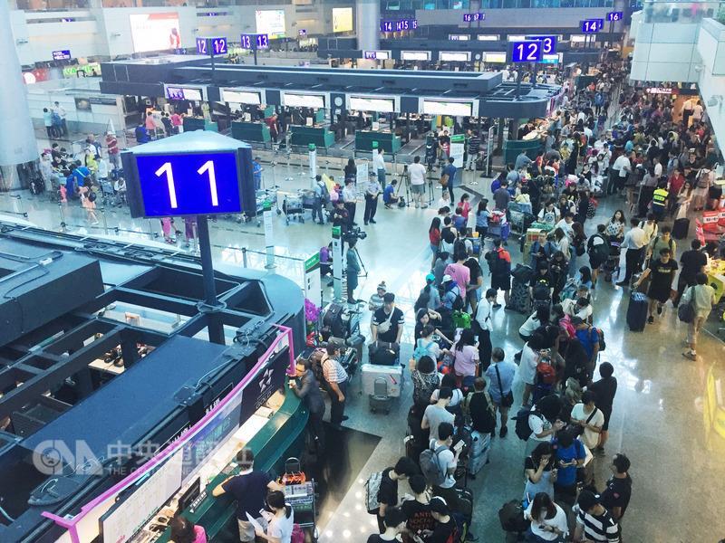 台风来袭超500名空服员请天灾假 航空公司致歉