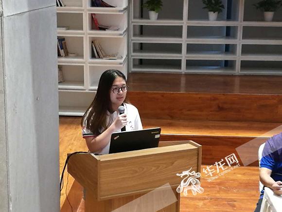 台湾大学生重庆实践活动座谈会上,学生正在分享在渝生活的感想。赵琳莉摄 华龙网发