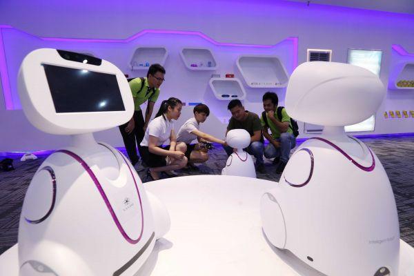 """资料图:人工智能机器人""""小新""""。新华社记者 黄孝邦 摄"""