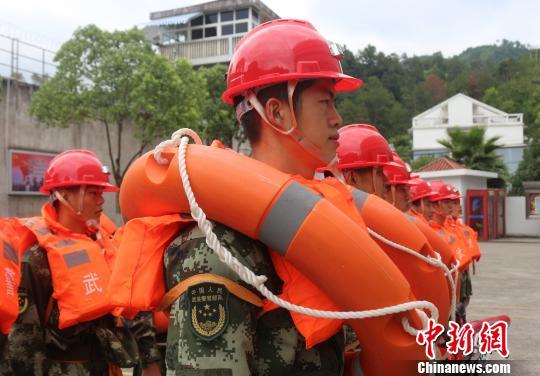 """台风""""纳沙""""临近浙江 温州武警作抗风准备"""