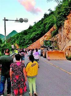 神农架景区因连日暴雨突发山体滑坡 数百游客滞留