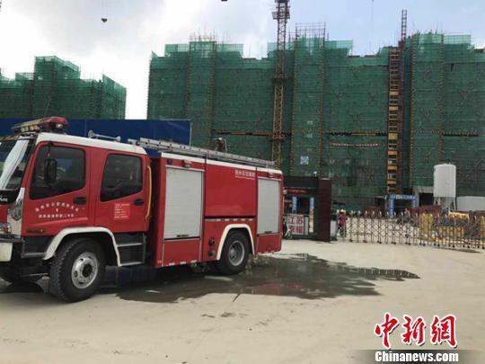 现场已经封闭,消防人员正在救援。 朱志庚 摄