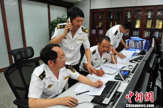 福建省搜救核心办公室主任、福建海事局副局长宋剑华(左一)批示安排批示救济举动。 黄智明 摄