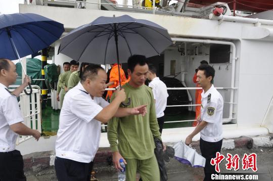 7名得救海员被保险转移到莆田秀屿港。 黄智明 摄