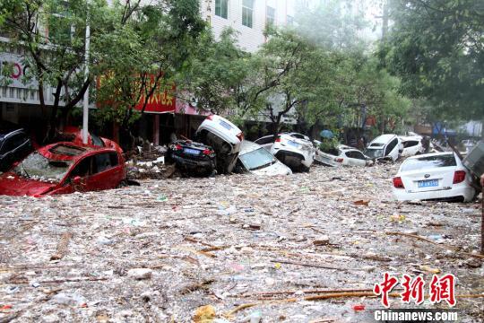 图为绥德县城街道被淹。 田进 摄