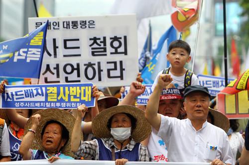 """材料图片:韩公民众在美驻韩使馆邻近请愿抗议安排""""萨德""""。新华社记者 姚琪琳 摄"""