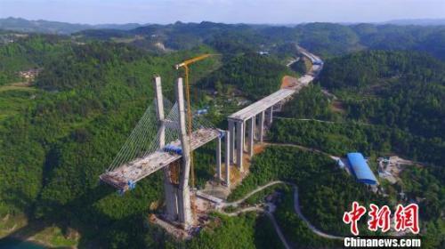 资料图:图为一座在建中的大桥