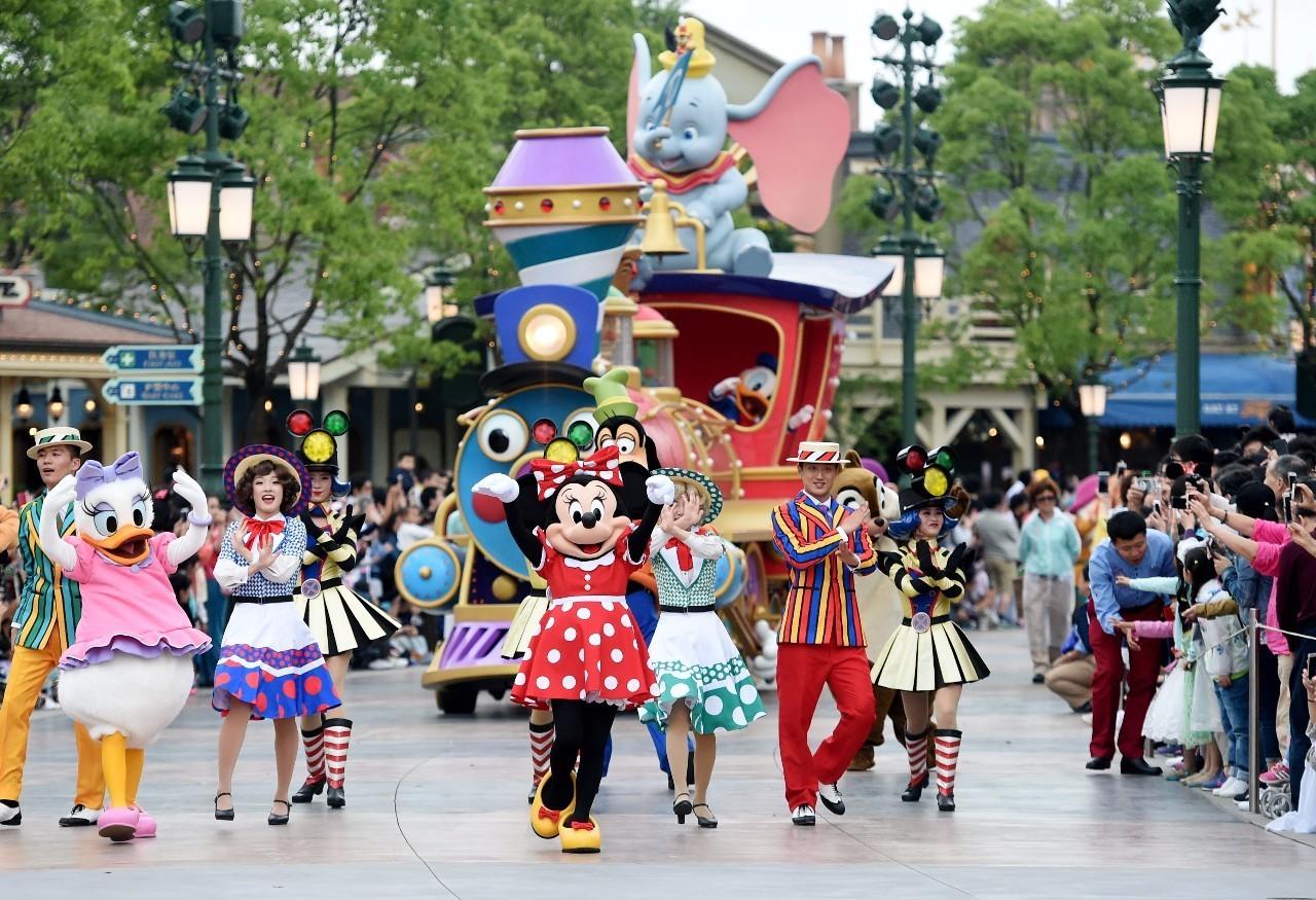 迪士尼乐园内精彩纷呈的花车游行