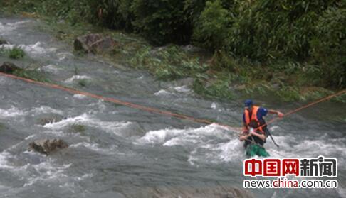 台风天溪水暴涨三人被困 乐清消防迅速救援