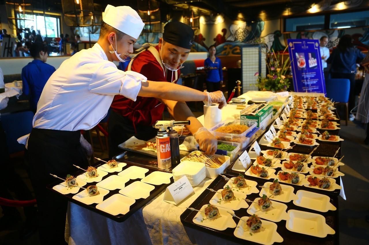 迪士尼的厨师正在为游客精心准备美食。