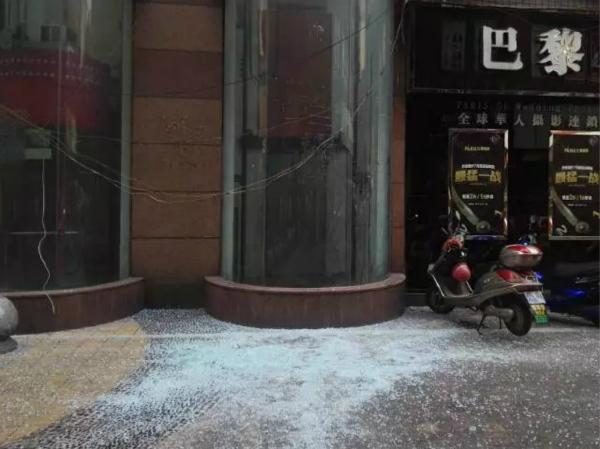 重庆一观光电梯玻璃炸裂 行人离它仅一米