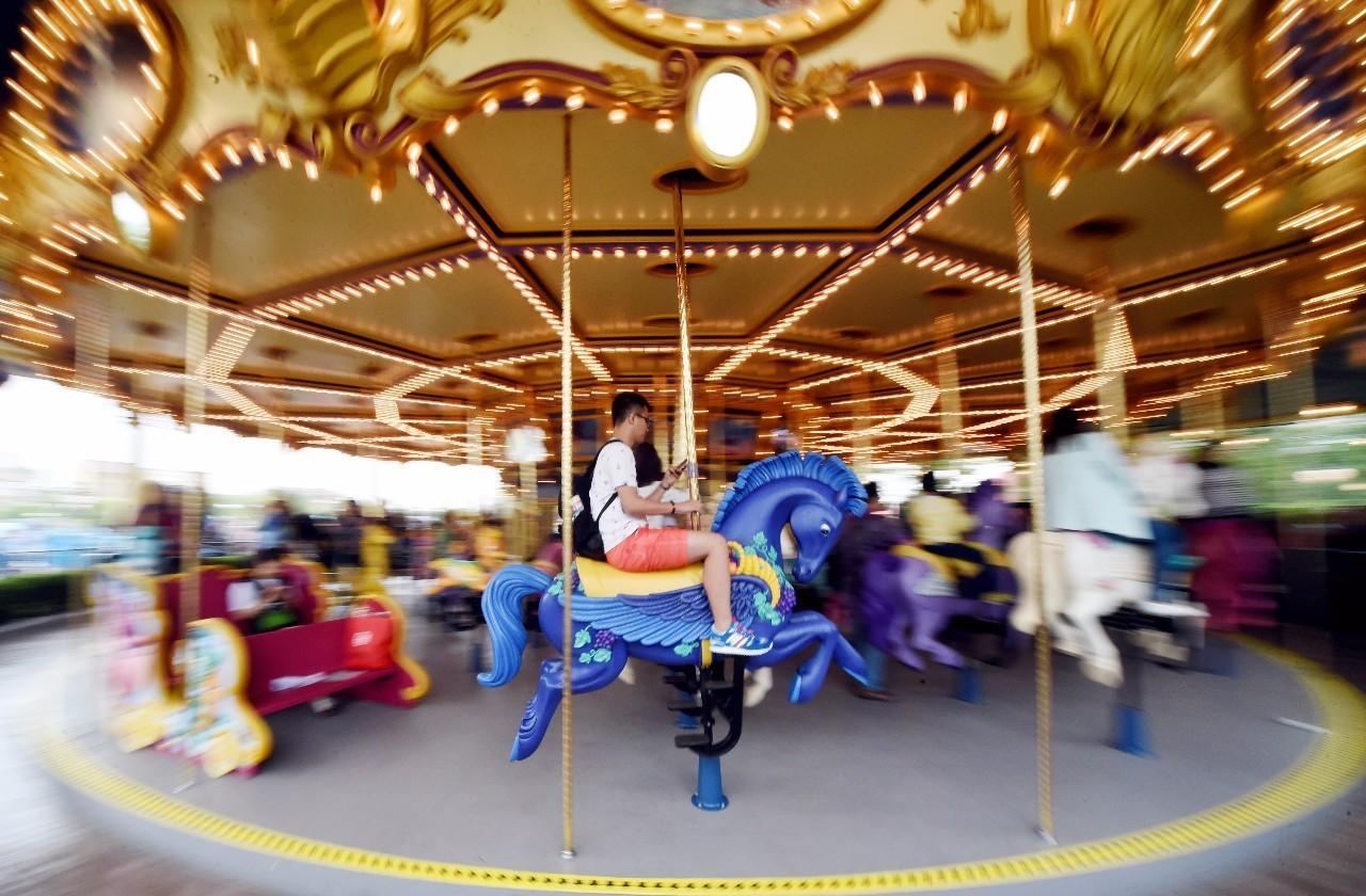 上海迪士尼乐园内的旋转木马。