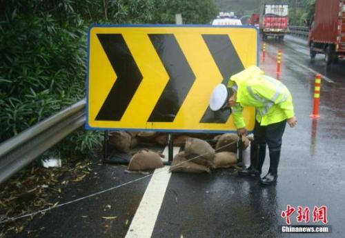 高速交警正在对高速路面上的标识停止加固(材料图)。中新社发 丁锡舰 摄