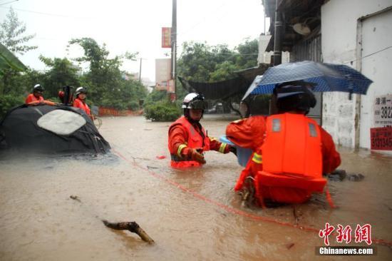 资料图:漳浦消防官兵在洪水中解救被围困人员。郑达伟 摄