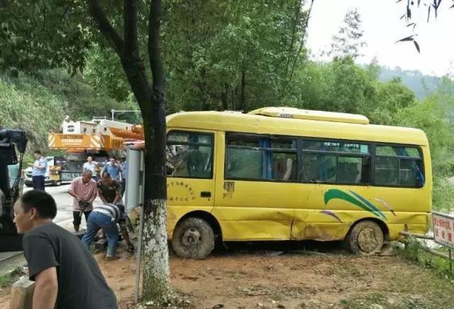 福建永安一辆小客车落水 致3人死亡1人失踪