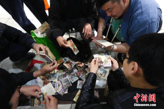 资料图:北京文物旧货市场。 中新社记者 富田 摄