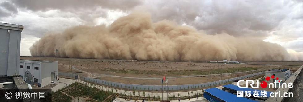 内蒙古遭强沙尘暴袭击 漫天黄沙滚滚而来(组图)