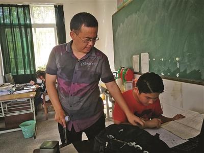 邹余贵指导学生做作业。