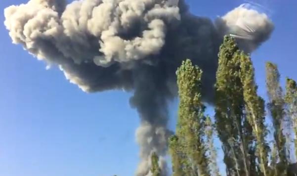高加索地区一处军火库发生剧烈爆炸 现场浓烟滚滚