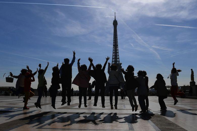 材料图:旅客在埃菲尔铁塔邻近