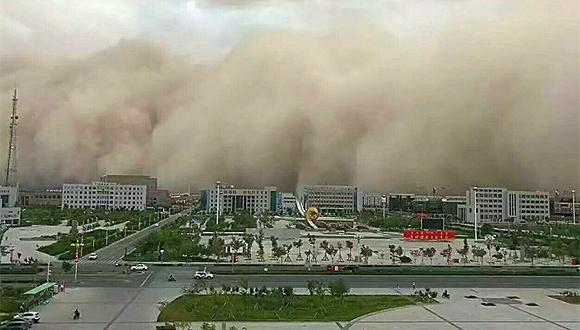 【视频】内蒙古阿拉善盟遭沙尘暴袭击 天黄地昏似末日大片