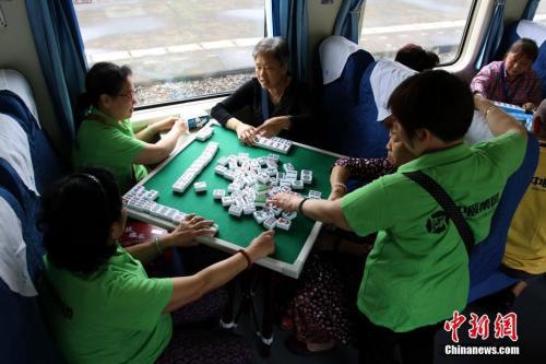 材料图:白叟们在火车长进行麻将竞赛。 魏刚 摄