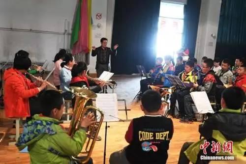 """资料图:兰州实验小学学生在学校管乐队进行免费的""""课后教育""""管乐类的培训。中新社记者 杨艳敏 摄"""