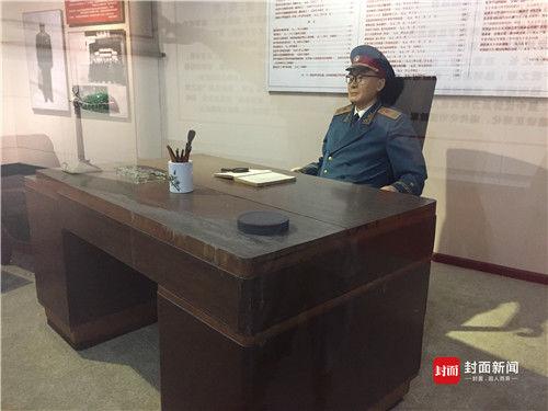 刘伯承同志身前用的书桌