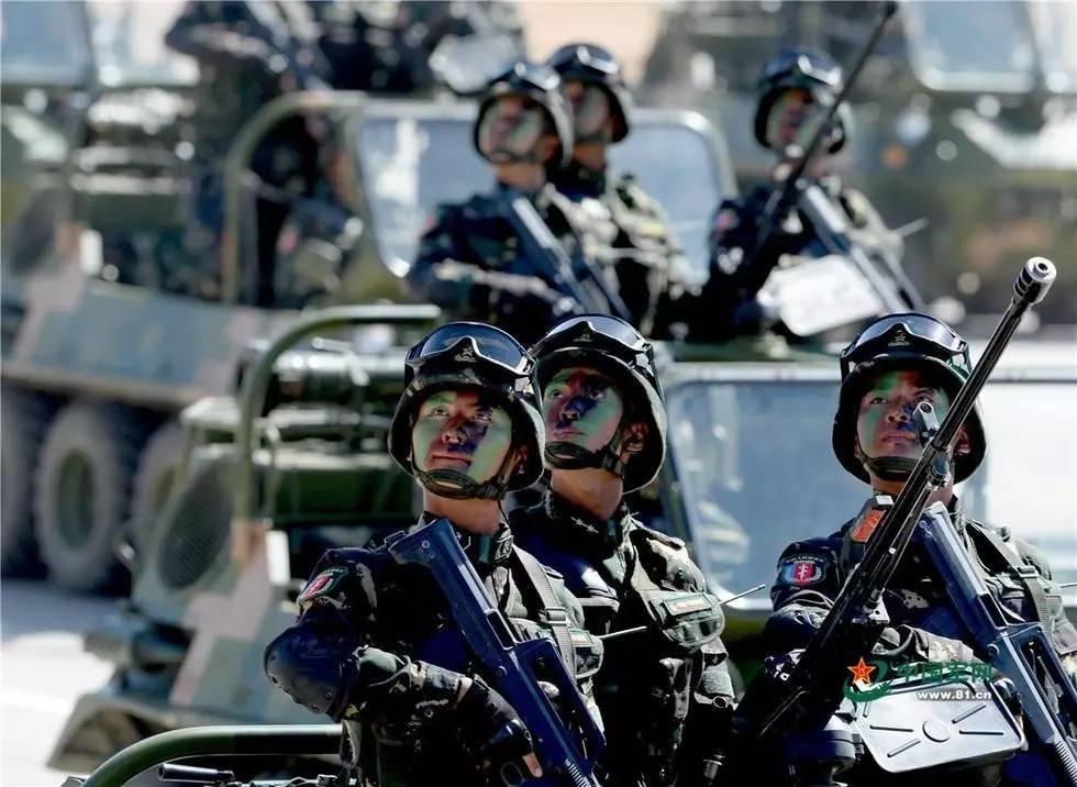 △为庆祝建军90周年举行的沙场阅兵中,特种兵方阵接受检阅。(图/中国军网)
