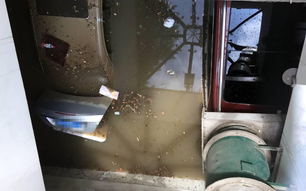 朋友圈视频 大水灌进地下停车场
