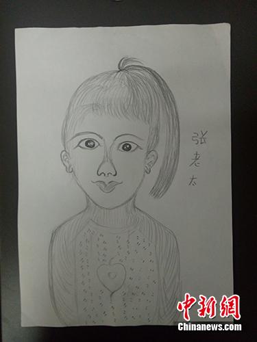 """""""张老太""""为同行记者所画的肖像。马俊玮 摄"""