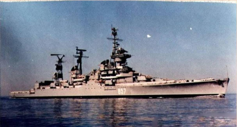 奥尔忠尼启则号属于当时苏联最先进的斯维尔德洛夫级巡洋舰,它的速度很快,但靠码头却十分灵活,让英国人感到很惊讶,认为其水下可能安装有某种特别的设备(几十年后证明英国人是对的,这艘巡洋舰的首部两侧各有一个专门帮助转向用的辅助推进器),因此之前便曾在该舰访问的时候试图在其舰底安装照相装置,结果被发现。