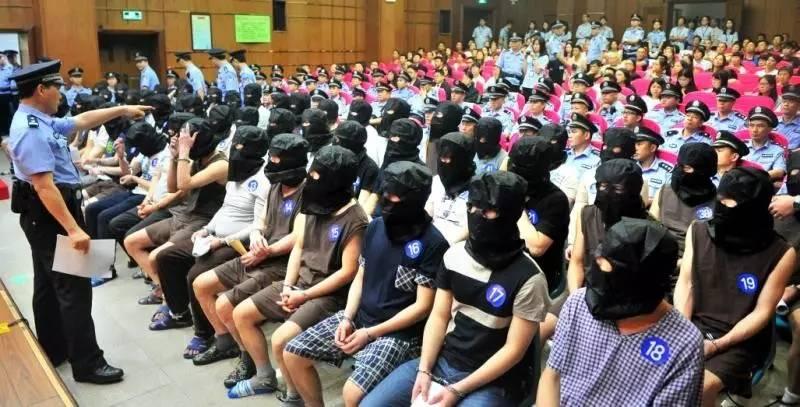▲刘氏涉黑团伙受审现场 广州日报全媒体记者廖雪明摄